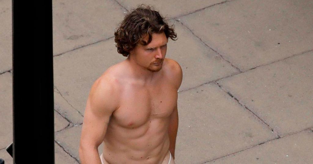 Inkl - Naked man struts along busy Oxford Street wearing